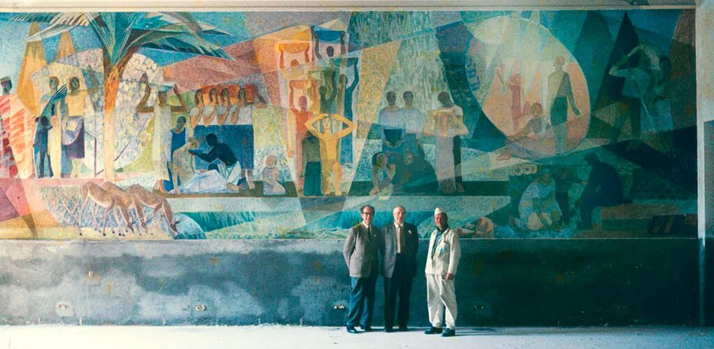 Lennart Segerstråle (centre) in front of the fresco